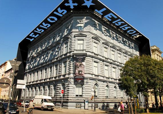Az Andrássy út 60. alatt álló Terror Háza múzeum 2002 óta emlékezik meg mindazokról, akik a 20. század diktatúráinak áldozataivá váltak. Meglátogatása a helyszín miatt is megrázó, számos szörnyű tett kötődik az épülethez és hírhedt pincerendszeréhez.