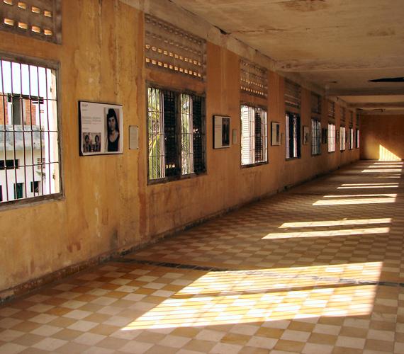 A Tuol Sleng Népirtás Múzeum annak a több millió kambodzsainak állít emléket, akiket itt kínoztak meg vagy végeztek ki a hetvenes években.