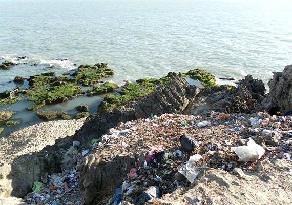 Az óceánszennyezés nem új keletű probléma, a képen látható szemétlerakat Diu szigetén, a Nagoa és a Goghla tengerpartszakasz között található.