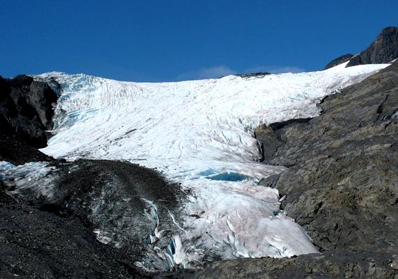 Az alaszkai Worthington-gleccser csodaszép látnivaló, azonban a felmelegedés miatt a rajta található hóréteg rohamosan olvad.