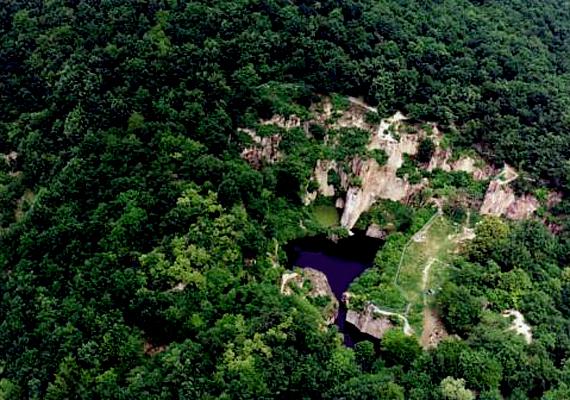 A terület egykor malomkőbánya volt, 1907-ben azonban bezárták, a mélyedést pedig idővel esővíz töltötte fel.