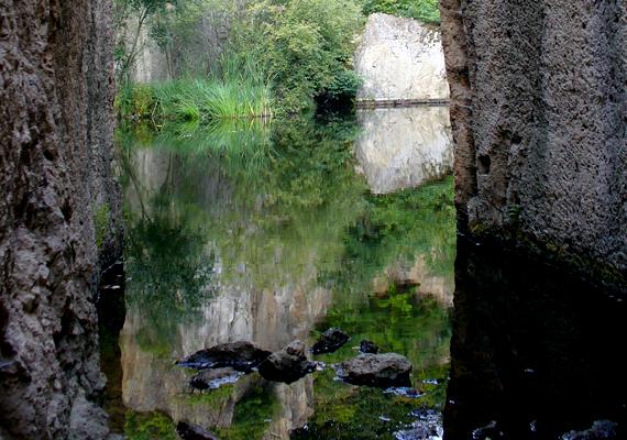 A víz mélysége eléri a hat és fél métert is, fölé pedig néhol 70 méteres sziklák magasodnak.