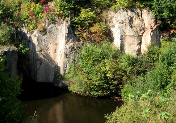 A sziklafalak helyenként hetven méterrel magasodnak a víz fölé, melynek mélysége néhol több mint 6 méter.