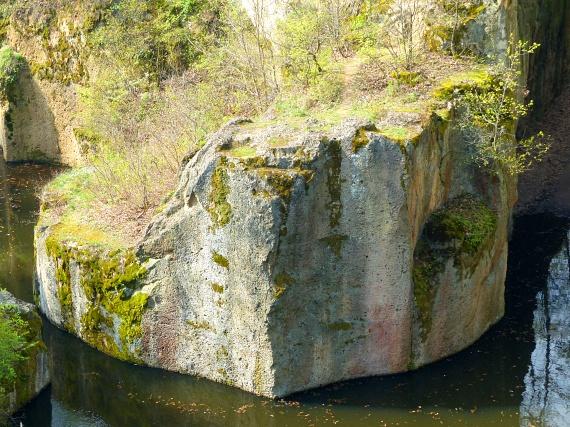 A magasabb pontokról káprázatos látványt nyújt a víz és a kő találkozása. A meredek ormok akár 70 méterrel is a tó fölé tornyosulhatnak, míg a víz mélysége a hat és fél métert is elérheti.