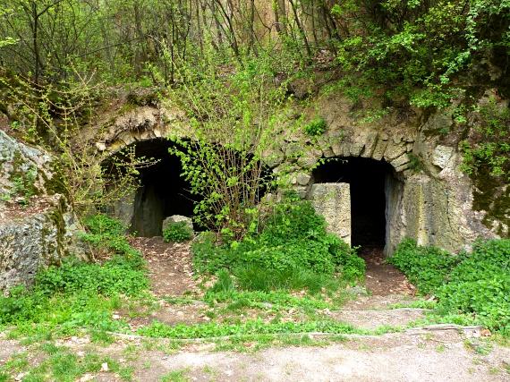 Egészen az 1900-as évekig a környék kőbányái biztosították a közelben lévő gabonaőrlők és érczúzók malomköveit. Az egykori bányászmunkások otthonai javarészt máig fennmaradtak, míg a kőfejtő gödrét feltöltő csapadékvíz a tavat bővítette.