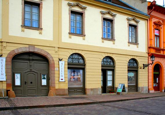 A múzeum bejárata. A többi mumifikálódott holttestet a Magyar Természettudományi Múzeum Embertani Tárában őrzik.