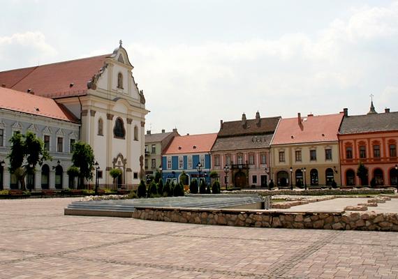 A váci főtér és a Fehérek temploma.