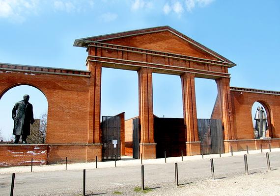 A park bejárata egy 12 méter magas kapu, mely egyfajta szimbóluma a kommunizmusnak. Ahogyan maga Eleőd Ákos fogalmazott: - Ez a park a diktatúráról szól, de abban a pillanatban, amikor ez kimondható, leírható, megépíthető, ez a park a demokráciáról szól.