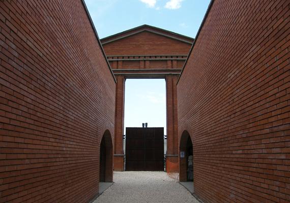 A kapun Illyés Gyula Egy mondat a zsarnokságról című verse olvasható, mely hűen tükrözi a kor ideológiáját.