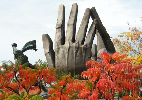 A Munkásmozgalmi emlékmű eredetileg a Hűvösvölgyben kapott helyet. A márványgolyót körbeölelő kezek szintén a kommunizmus eszméjét szimbolizálják.