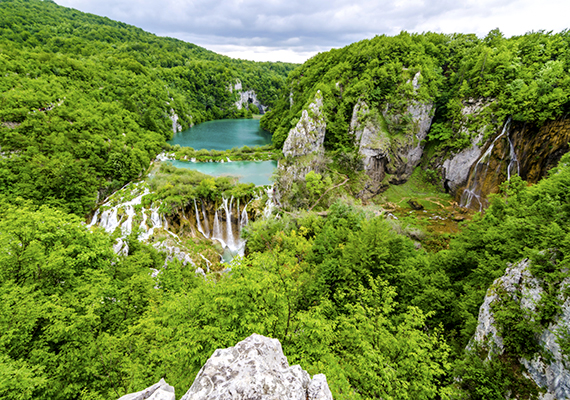 Szerencsések vagyunk, hogy a bolygó egyik leggyönyörűbb helye, a Plitvicei-tavak Nemzeti Park a szomszédos Horvátországban található.