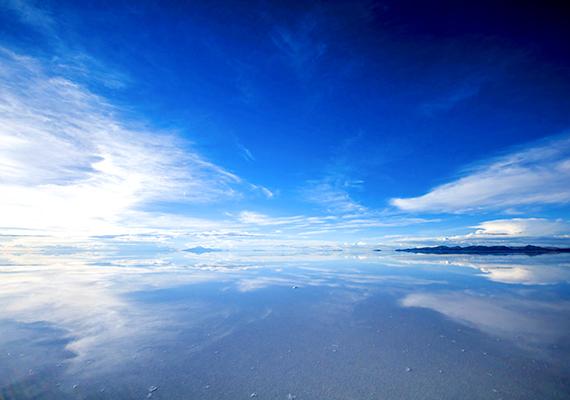 A Bolíviában található Uyuni sósivatag területén összemosódik ég és föld határa.