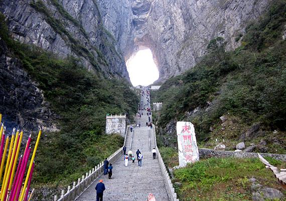 A kínai Tianmen-hegység Nemzeti Park területén található Tianmen-barlang a sziklafal beomlása révén jött létre, nem nehéz azonban megérteni, miért nevezik a Mennyország kapujának. A fenséges látvány mellett a hely állítólag szerencsét is jelent, legalábbis mindazoknak, akik az áldásokért leküzdik a felfelé vezető 999 lépcsőfokot. Még több képért kattints ide!