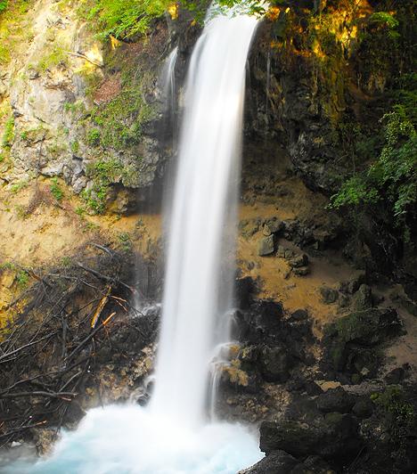 A lillafüredi vízesés  A Palotaszállóból és a függőkertjéből is álomszép panoráma nyílik a Szinva patak völgyére, ahol a lillafüredi vízesés is megcsodálható. Eredetileg a Szinva patak a Hámori-tóba torkollott, ám a Palotaszálló építésekor elterelték, így jött létre ez a húsz méteres magasságból leömlő, mesterséges zuhatag, mely az ország legmagasabb vízesésének hírében áll.