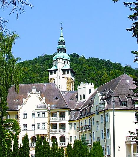 Palotaszálló  A ma már Hunguest Hotel Palota néven ismert Palotaszálló 1927 és 1930 között épült Lux Kálmán tervei alapján, neoreneszánsz stílusban. A Mátyás-korabeli paloták hangulatát idéző épület a közelmúltban számos nagyszabású felújításon esett át. A szálló egyik termét reneszánsz stílusú étteremmé alakították, melynek ólomüveg ablakai a történelmi Magyarország várait ábrázolják.