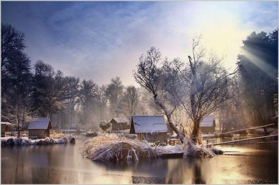 Sződliget a fővárostól északra, a Váci járásban lapul meg. Világtól elzárt, jégfátyolos horgásztavánál olyan, mintha megállt volna az idő. A kis halászkalyibák téli álmukat alusszák, minden moccanatlanul gyönyörű és nyugalmat sugárzó. Dvornik Gábor fotóművész képsorozata az apró halásztelepülésről pillanatok alatt bejárta a fotósvilágot pár éve, amikor a National Geographic a nap képének választotta egyik alkotását.
