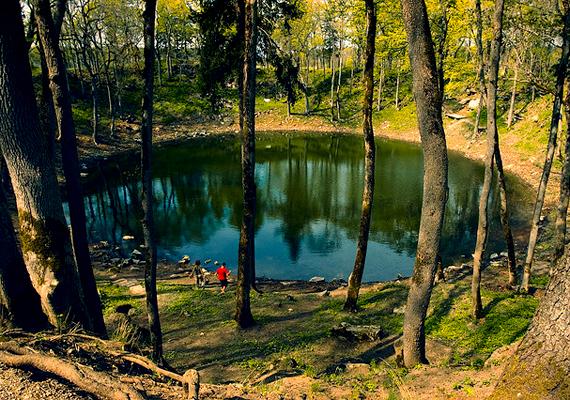 Az észtországi Kaali-krátert létrehozó meteorit valamikor a 4. és 8. század között érte el a Földet. Hatására Saaremaa egész szigetén kiégtek az erdők. A fennmaradt kráter 1,2 kilométer széles, valamint 137 méter mély.