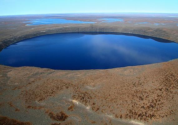 A három kilométer átmérőjű Pingualuit-kráter 1,4 millió évvel ezelőtt alakult ki. Egy olyan erejű meteoritbecsapódás hozta létre, mely felért 8500 Hirosimára dobott atombombával.