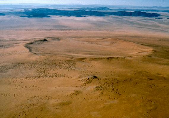 A Roter Kamm-kráter, melynek átmérője két és fél kilométer, mélysége pedig 130 méter, a Namíbiai-sivatagban található. Mintegy 3,7 millió évvel ezelőtt alakult ki.