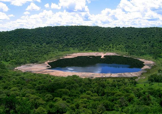 A Tswaing-kráter 220 ezer évvel ezelőtt jött létre Dél-Afrikában. Ma száz méter mély, illetve több mint egy kilométer széles.