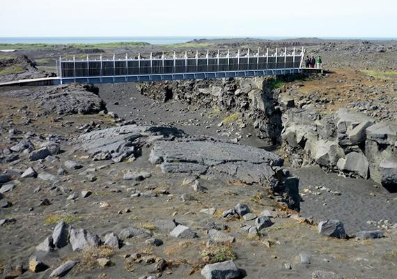 A képen a két kőzetlemezt, vagyis tulajdonképpen a két kontinenst összekötő Midlina, más néven a Leif the Lucky híd látható.