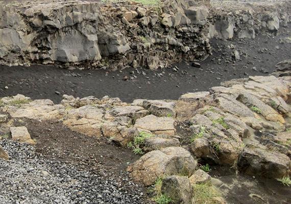 A hatalmas repedést az eurázsiai és észak-amerikai kőzetlemez távolodása hozta létre, amelyek minden évben csaknem két és fél centivel kerülnek távolabb egymástól.