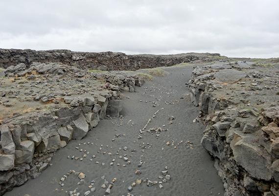 A Reykjanes-félszigeten található Midlina látványos, egyúttal félelmetes hely: tisztán látszik, miként formálják a felszínt a folyamatosan távolodó kőzetlemezek.