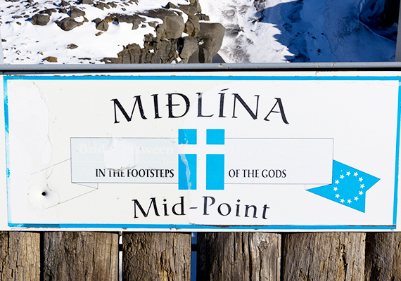 A középpontot jelző felirat szerint az istenek lábnyomában járhatnak azok, akik ide látogatnak.