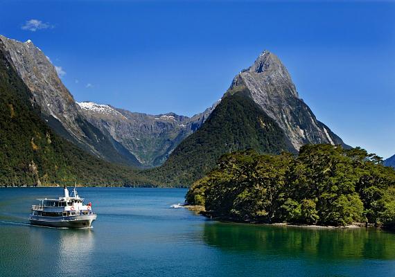 Mivel az épített utak nem jellemzőek ezen a vidéken, a fjord elsősorban hajóval, esetleg repülővel közelíthető meg.