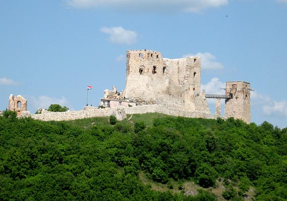 A Veszprém megyei Csesznek különös neve mellett leginkább viszonylag jó állapotban fennmaradt váráról híres.