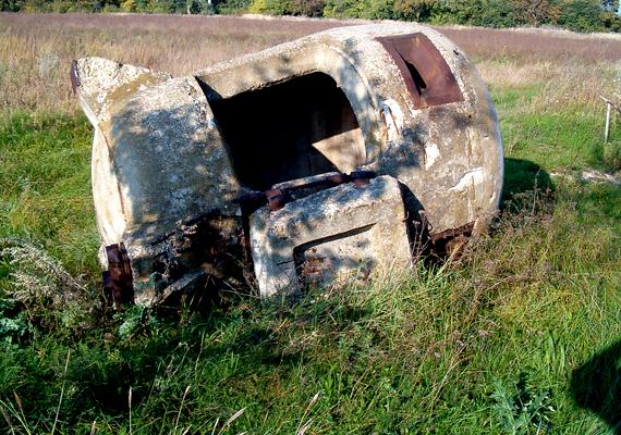 A Fejér megyei Csór neve vicces asszociációkat ébreszthet, de az izgalmas látnivalókért is érdemes ellátogatni ide. A képen például egy ledőlt légvédelmi bunker látható.