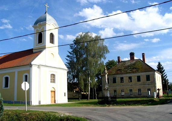 A Vas megyei Pornóapátinak nincs köze a pornóhoz, neve a helyi apátságra, illetve a Pernovo helynévből származik.