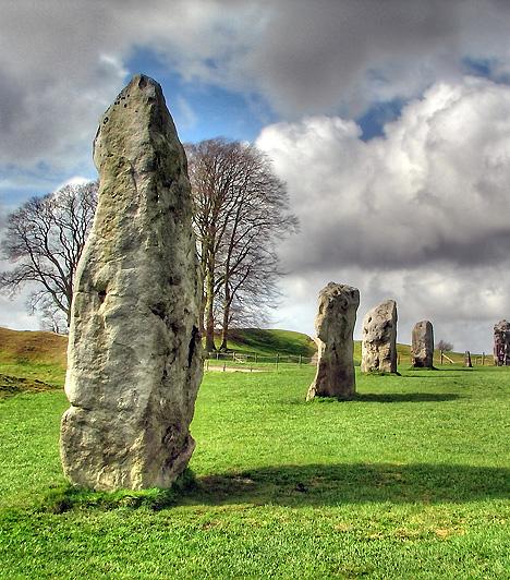 Avebury-körök, Egyesült KirályságAz Észak-Wiltshire-ben, Avebury dimbes-dombos vidékén található Avebury-körök a legfontosabb brit neolitkori emléknek, egyben a világ legnagyobb kiterjedésű kőcsoportjának számítanak. A kutatók szerint a hely vallási szempontból bírt nagy jelentőséggel, egyesek pedig úgy gondolják, hogy druida iskola, planetárium vagy rituális ünnepek színhelye volt.