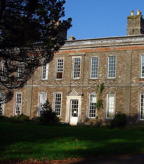 A Bowden-ház, Egyesült Királyság Az angliai Devon mellett található öreg vidéki kúriához számos paranormális jelenség kapcsolódik. Látogatói szerint a ház lépcsőjén gyakran tűnnek fel bizonyos alakok, emellett a vendégek gyakran érzik úgy, mintha valaki lenne mögöttük. A ma múzeumként működő épületben olyan sokszor véltek hasonló jelenségeket felfedezni, hogy az elnyerte az Anglia legkísértetiesebb helye címet.