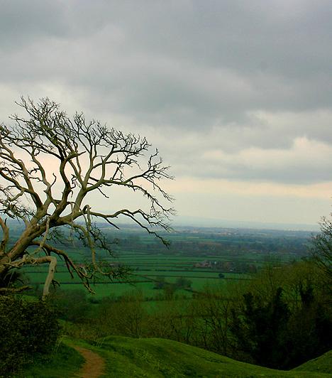 Cadbury vára, Egyesült KirályságA Dél-Angliában található Cadbury vára azon helyek egyike, melyeket az Arthur-mondakörben szereplő Camelottal, vagyis Arthur király udvarának központjával és székhelyével azonosítanak. A legendák szerint Arthur és lovagjai minden Szent Iván-éjen és karácsonykor átlovagolnak a dombon, hogy megitassák lovaikat.