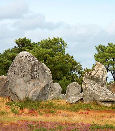 Carnac, FranciaországA Bretagne-ban található Carnac a legnagyobb franciaországi megalitikus emlékműcsoportnak ad otthont. A carnaci háromezer megmaradt menhirről, vagyis hosszú kőről úgy tartják, hogy eredetileg egy hatalmas csillagászati óraként funkcionáltak. A kutatók biztosak abban, hogy az egykori építők igen fejlett tudással rendelkeztek.