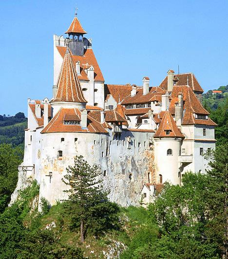 Drakula vára, RomániaA Kárpátok bércei között, egy 100 méter magas hegyen található Törcsvár, mai nevén Bran vára, mely Erdély egyik legjobb állapotban megmaradt vára, egyben a Drakula-kultusz középpontja, ugyanis a vámpírlegendák véreskezű, karóba húzóként is emlegetett Vlad Tepes grófja itt élt a 15. században. A kastély ma múzeumként működik.