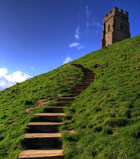 Glastonbury, Egyesült KirályságA legendák szerint Avalon egy paradicsomi hely, ahol örök fiatalság és tavasz uralkodik - ide vitték Arthur királyt is, hogy utolsó csatája után sebeit begyógyítsák. A somerseti alföld vidékén található Glasonbury-t sokan Avalonnal azonosítják, és úgy tartják, Arthur királyt is ide temették, az itt magasodó sziklacsúcs pedig egykor  a túlvilág bejáratának birodalma volt.