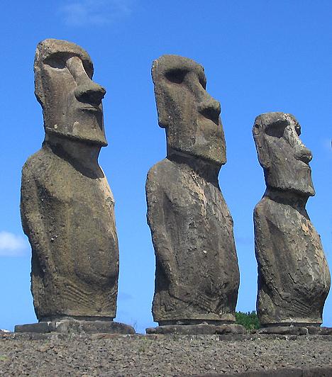 Húsvét-szigetek, PolinéziaA Polinéziában található Húsvét-sziget leginkább az itt talált kőszobrok, vagyis moai-k révén ismert. A sziget partvonalán hatszáznál is több moai található, emellett további befejezetlen moaikat is találtak a szigeten. Hogy a szobrok mi célt szolgáltak, a mai napig tisztázatlan, de egyesek szerint a szigetlakók halott felmenőit ábrázolták.