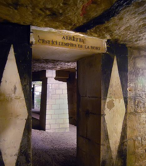 Párizsi katakombák, FranciaországPárizs alatt körülbelül 300 kilométer hosszú csatornarendszer húzódik, melynek egy rövidebb szakasza a nagyközönség számára is látogatható. A katakombák egyébként is kísérteties voltát szolgálja, hogy koponyák és csontok millióit őrzik, ugyanis a túlzsúfolt párizsi temetőkből körülbelül 5-6 millió egykori lakos földi maradványait szállították ide. Sokak szerint még ma is hallhatóak sóhajaik.