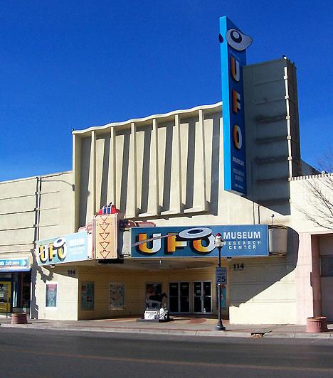 Roswell, USA  Az új-mexikói Roswell elsősorban a földönkívüliek iránt érdeklődő turisták számára jelent vonzó célpontot. Állítólag 1947. július 2-án egy azonosítatlan repülő tárgy zuhant le a város külső részén. A hírek beszámoltak az esetről, később azonban mindent visszavontak. Roswellben azonban azóta is virágzik az UFO-kultusz.  Kapcsolódó cikk: A legbizarrabb alagutak »