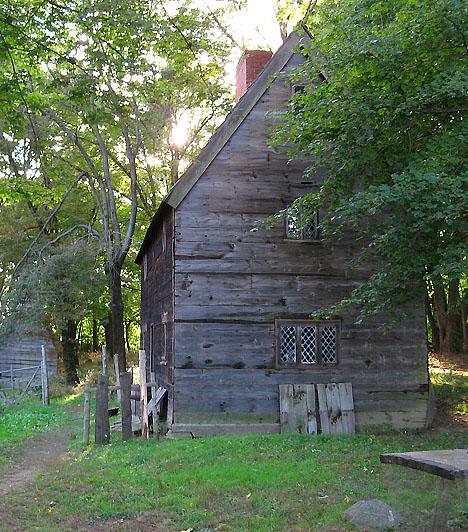 Salem Village, USA  Salem neve az egész világon egyet jelent a hírhedt 17. századi boszorkányperekkel, melyek során számos ártatlan férfit és nőt ítéltek el, miután néhány falubeli lány azzal vádolta meg őket, hogy rontást tettek rájuk. A perek során húsz embert végeztek ki, és sokakat bebörtönöztek. A Denvers-ben található település számos épületét a mai napig korabeli állapotban őrizték meg.  Kapcsolódó cikk: Titkos szekták központjai »