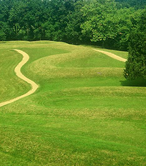 Serpent Mound, USAA Serpent Mound egyike a Nagy-tavak és a Mexikói-öböl közötti területen található számtalan mesterséges dombnak. Az ohiói Adams County-ban található, kígyót formáló Serpent a leghíresebb mind közül, 405 méteres hosszát a földről nem is lehet belátni. A régészek a mai napig nem fejtették meg eredeti rendeltetését.