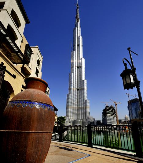Burj Khalifa  A Dubai-ban álló Burj Khalifa jelenleg a világ legmagasabb épülete, magassága 828 méter. 2010 januárjában adták át, költségei meghaladták a 4 milliárd dollárt, felépítése pedig 22 millió munkaórát vett igénybe.  Kapcsolódó cikk: Újra felépítették Bábel tornyát »