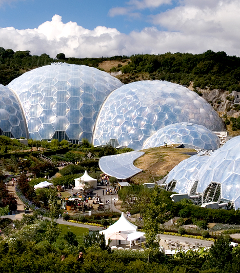 Éden Projekt  Éden Projekt néven ismert komplexum nem más, mint egy hatalmas, fedett növényház - a világ legnagyobbja -, ahol kiállítások, rendezvények és oktatási programok segítségével akarják ráébreszteni az embereket arra, hogy a környezet megóvása sürgető, egyben közös feladat.  Kapcsolódó cikk: Felépült az emberiség menedéke »