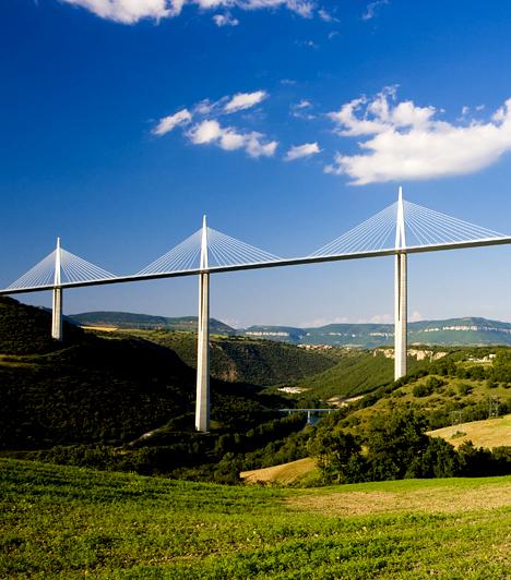 Millau viadukt                         A franciaországi Aveyron megyében található Millau völgyhíd átadására 2004-ben került sor. A 2460 méter hosszú híd igazi mérnöki csodának számít, építése idején a világ legmagasabb hídja volt.