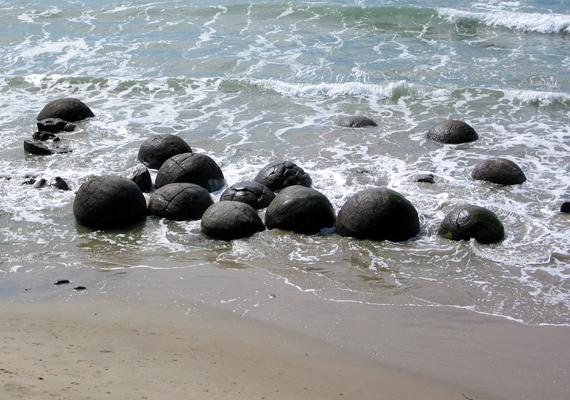 Az ősi maori legenda szerint a gömbök egy ezer évvel ezelőtti hajótörés rakományának megkövült darabjai.