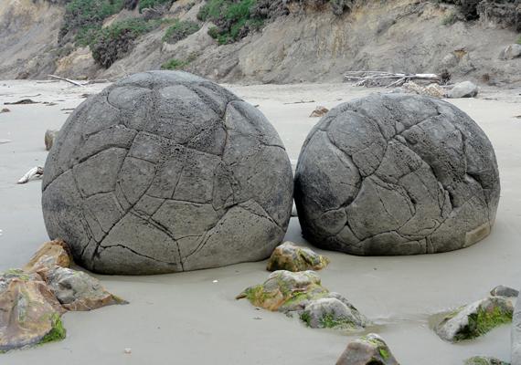 A valóság legalább ilyen érdekes, a sziklák eredete 65 millió évvel ezelőttre tehető.
