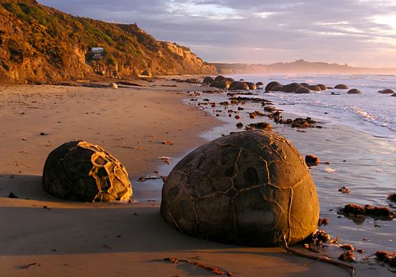A sziklák napfelkelte idején még földöntúlibb látványt nyújtanak.
