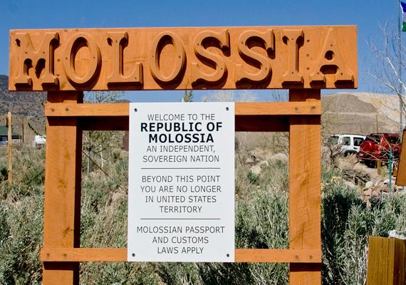 Molossia nem fizet adót az Egyesült Államoknak. Kevin Baugh egy petíciót is benyújtott a Fehér Háznak, hogy hivatalosan is ismerjék el területi autonómiáját, azonban mindeddig nem járt sikerrel.